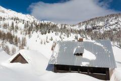 Cottage circondato con neve Immagine Stock Libera da Diritti