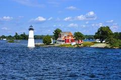 Cottage con il faro, uno Stato di New York di mille isole, U.S.A. immagine stock