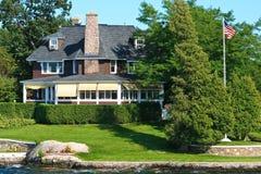 Cottage con la bandiera americana Immagine Stock Libera da Diritti