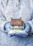 Cottage con le precipitazioni nevose Fotografie Stock