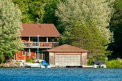 Cottage con un boathouse Fotografie Stock Libere da Diritti