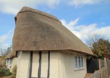 Cottage couvert de chaume assez anglais Photos libres de droits