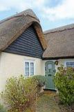 Cottage couvert de chaume assez anglais Image libre de droits