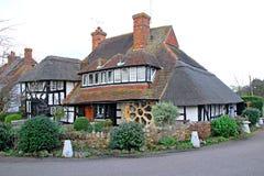 Cottage couvert de chaume de Kent de bois de construction de tudor Image libre de droits