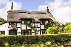 Cottage couvert de chaume noir et blanc dans Cheshire Countryside près du bord d'Alderley Image libre de droits