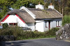 Cottage couvert de chaume traditionnel Irlande de bord de la route Photo libre de droits