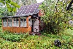 Cottage d'été sur le petit complot en automne près de Moscou Photo stock