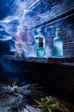 Cottage d'annata del witcher con pozione magica blu per Halloween Immagine Stock