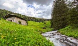Cottage dal fiume nelle alpi austriache Fotografia Stock