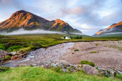 Cottage dans les montagnes Photographie stock libre de droits