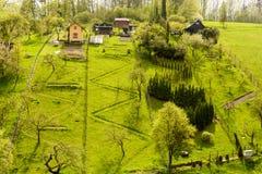 Cottage dans une colline herbeuse Image stock