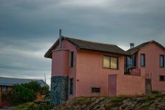 Cottage de bord de la mer avec le toit couvert de chaume d'herbe images stock