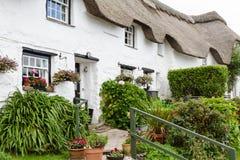 Cottage de charme les Cornouailles de toit couvert de chaume images libres de droits