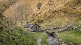 Cottage de conte près d'une rivière dans les montagnes Image libre de droits