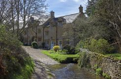 Cottage de Cotswold par un gué, Blockey, Gloucestershire photographie stock