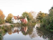 Cottage de lotts de Willy au moulin de flatford en le Suffolk dans le reflec d'automne images stock