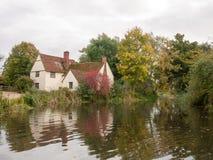 Cottage de lotts de Willy dans le moulin de flatford pendant l'automne aucune personnes Photographie stock libre de droits