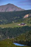 Cottage de montagne dans les montagnes géantes avec des vues du Sniezka Images stock
