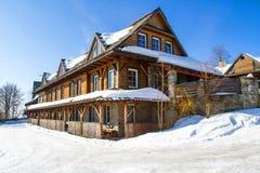 Cottage de montagne en hiver Photos libres de droits