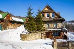 Cottage de montagne en hiver Photographie stock libre de droits