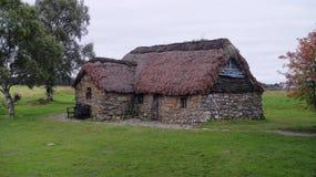 Cottage de pierre de toit couvert de chaume Images libres de droits