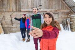 Cottage de sourire heureux extérieur de station de vacances d'amis de maison de campagne en bois de village de groupe de personne Photos stock