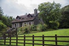 Cottage de Tatched image stock