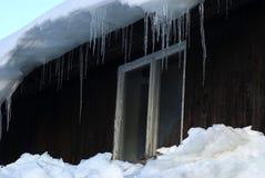 cottage de touristes couvert de neige photos libres de droits