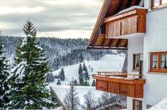 Cottage de vacances dans les montagnes avec la forêt Photographie stock libre de droits