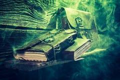 Cottage de witcher de vintage avec le feu vert et les livres pour Halloween images libres de droits
