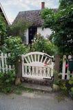 Cottage del giardino con il cancello immagini stock