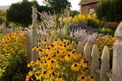 Cottage del giardino e del paese di estate Fotografie Stock Libere da Diritti