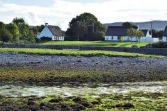 Cottage del paese sulla costa atlantica dell'Irlanda fotografia stock