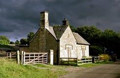 Cottage del paese (tempesta-illuminato) Fotografia Stock