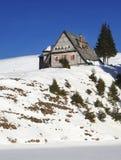 Cottage del tempo nelle montagne Fotografia Stock