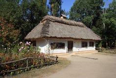 Cottage dell'acacia e del daub immagine stock