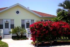 Cottage dell'ospite con il Bougainvillea rosso fotografia stock libera da diritti
