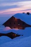 Cottage della montagna al tramonto in inverno Fotografia Stock Libera da Diritti