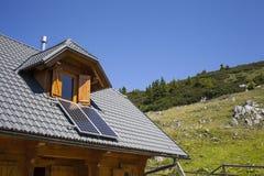 Cottage della montagna con i pannelli solari Fotografia Stock Libera da Diritti