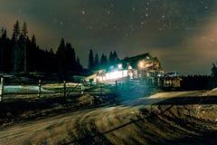 Cottage della montagna sotto le stelle fotografia stock
