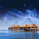 Cottage della villa sulle Maldive Elementi di questa immagine ammobiliati dalla NASA Fotografie Stock Libere da Diritti