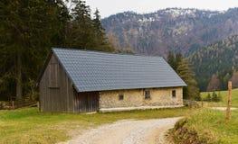 Cottage delle alpi ad aprile nel giorno piovoso Immagine Stock