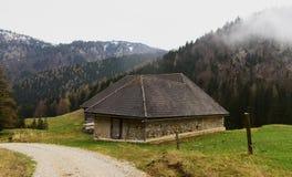 Cottage delle alpi ad aprile nel giorno piovoso Fotografia Stock Libera da Diritti