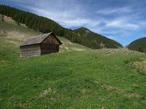 Cottage di caccia in montagne carpatiche Fotografia Stock Libera da Diritti