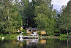 Cottage di estate dal lago Fotografie Stock