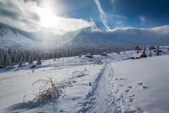 Cottage di inverno nelle alte montagne ad alba, Tatras Fotografia Stock