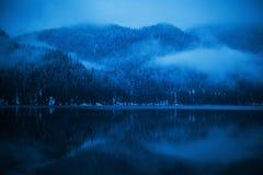 Cottage di inverno sul lago Ritsa nelle montagne dell'Abkhazia immagini stock libere da diritti