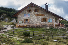Cottage di Langalm sotto Tre Cime fotografia stock
