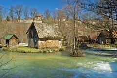 Cottage di legno del fiume di Korana vecchio Immagini Stock