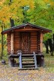 Cottage di legno in mezzo al parco Fotografia Stock Libera da Diritti
